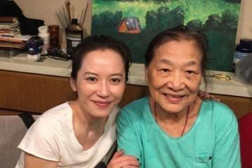 俞飞鸿49岁的素颜照皮肤油亮稍显蜡黄但没晚年脸的松垮感