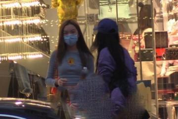 13岁李嫣身穿露脐装与闺蜜出街做发型身段和衣品完美遗传王菲