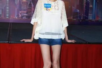 46岁吴绮莉太瘦了薄纱上衣配牛仔短裤腿很细但脸上皱纹却许多